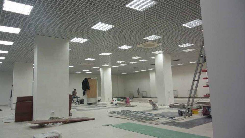 Монтаж подвесных потолков в торговом центре города Артёма